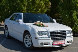 Chrysler 300-C белый.