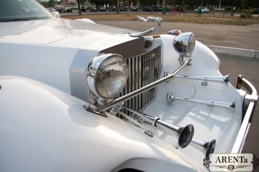 Лимузин  Excalibur белый.