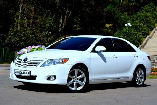 Прокат белой Toyota Camry в Харькове